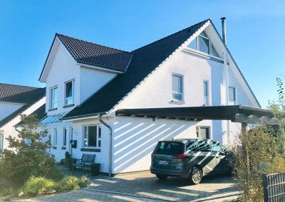 großes Haus mit Carport