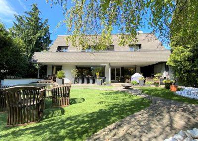 Villa mit Terrasse und Garten