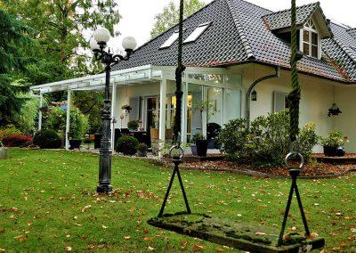 Haus mit Garten und Schaukel